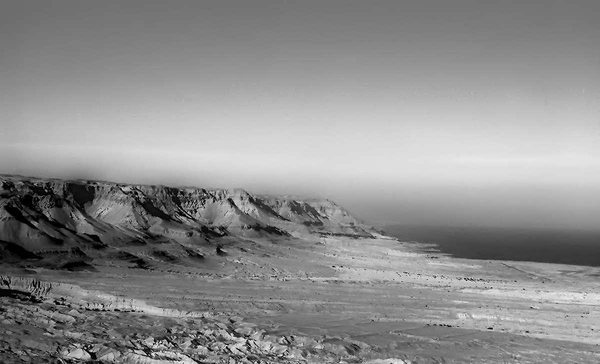 Черно белый вид на мертвое море