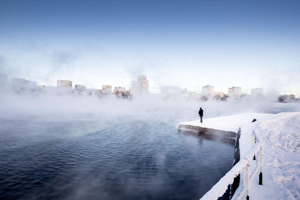 Городская рыбалка у снеготопки