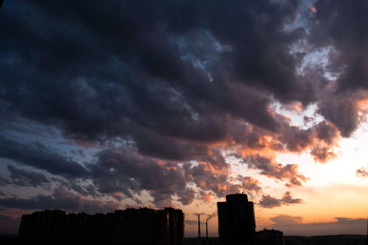 Драматичное сине-серое небо