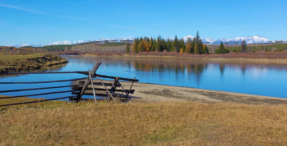 За плетнём река и осень