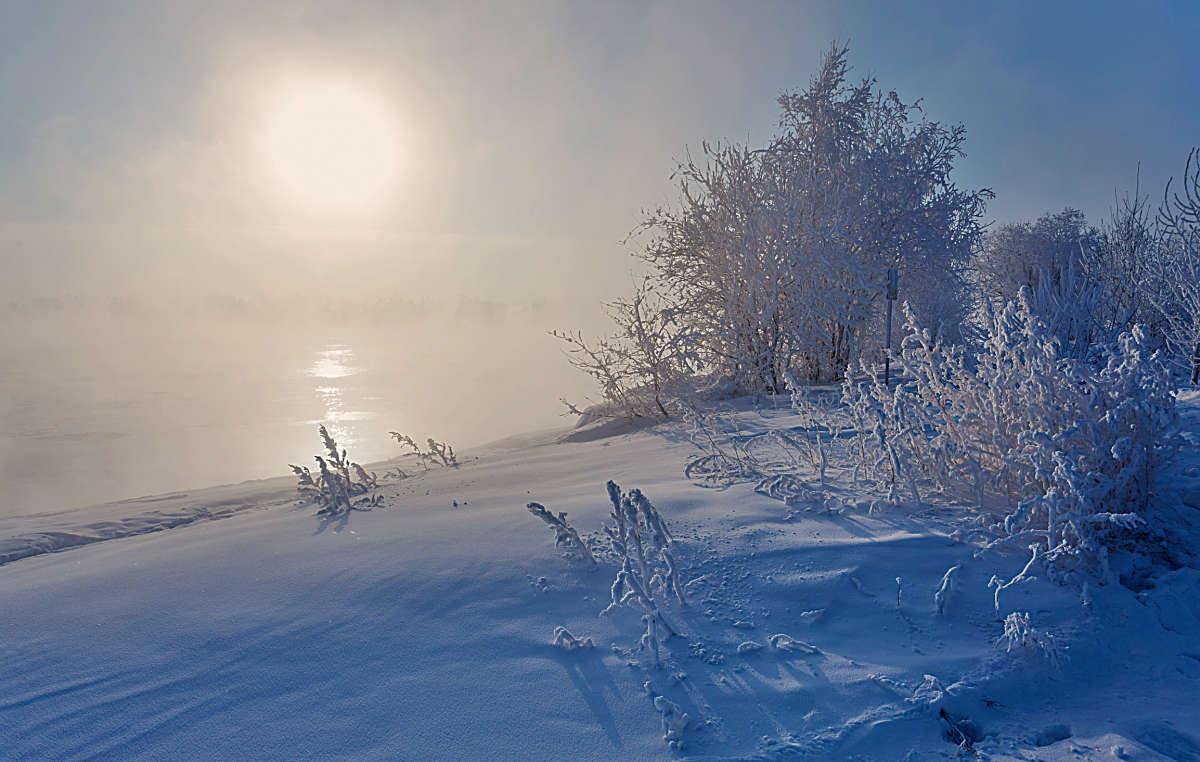 Низкое зимнее солнце над Ангарой