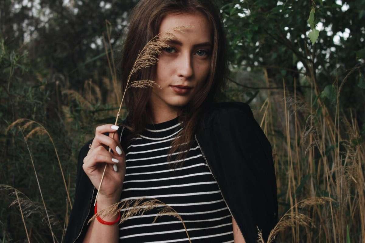 портрет девушки в камышах