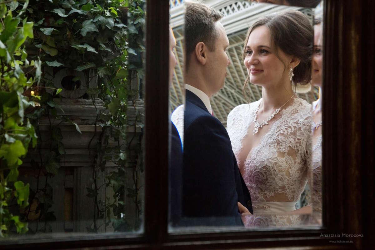 Свадебная фотосессия в зале ресторана Турандот от фотографа Анастасии Морозовой