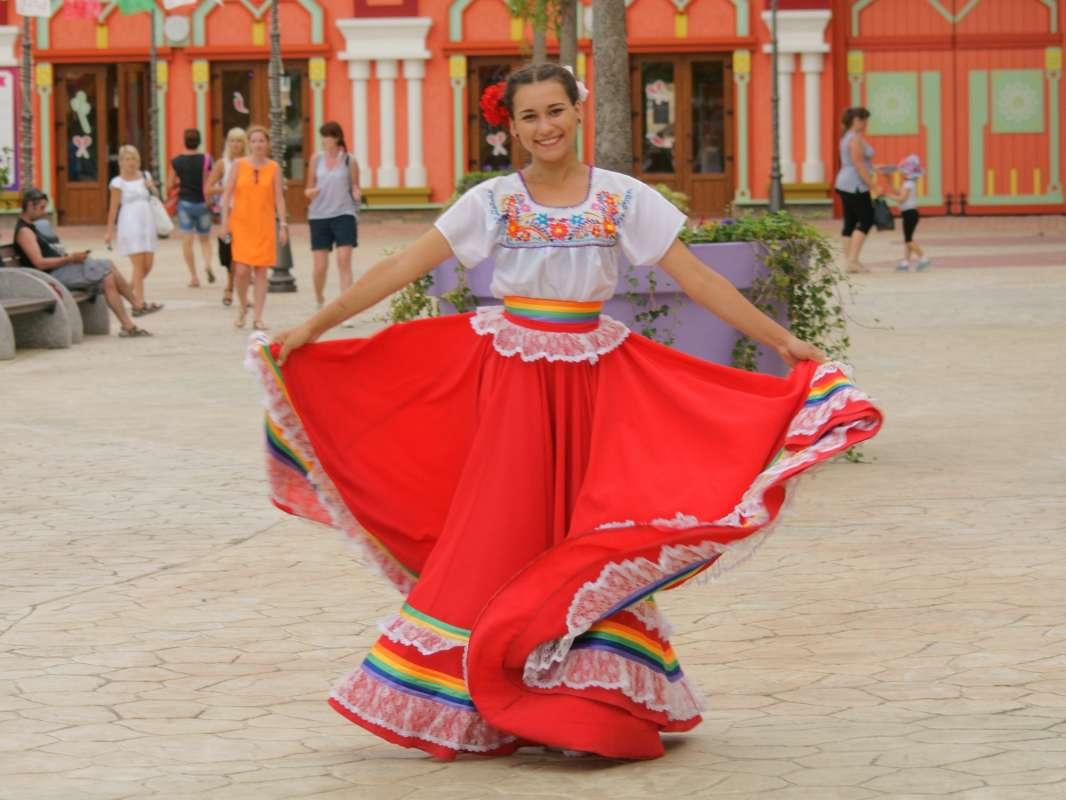 в мексиканском наряде