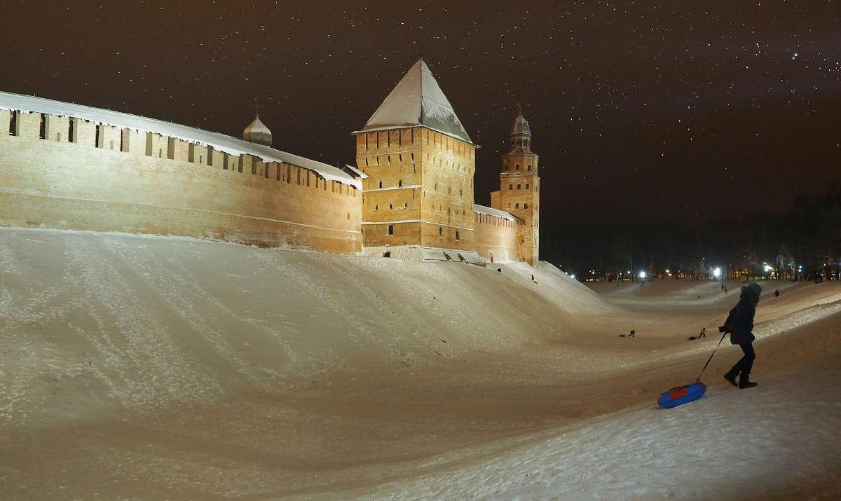 Великий Новгород. Катание с гор на древних кремлёвских валах