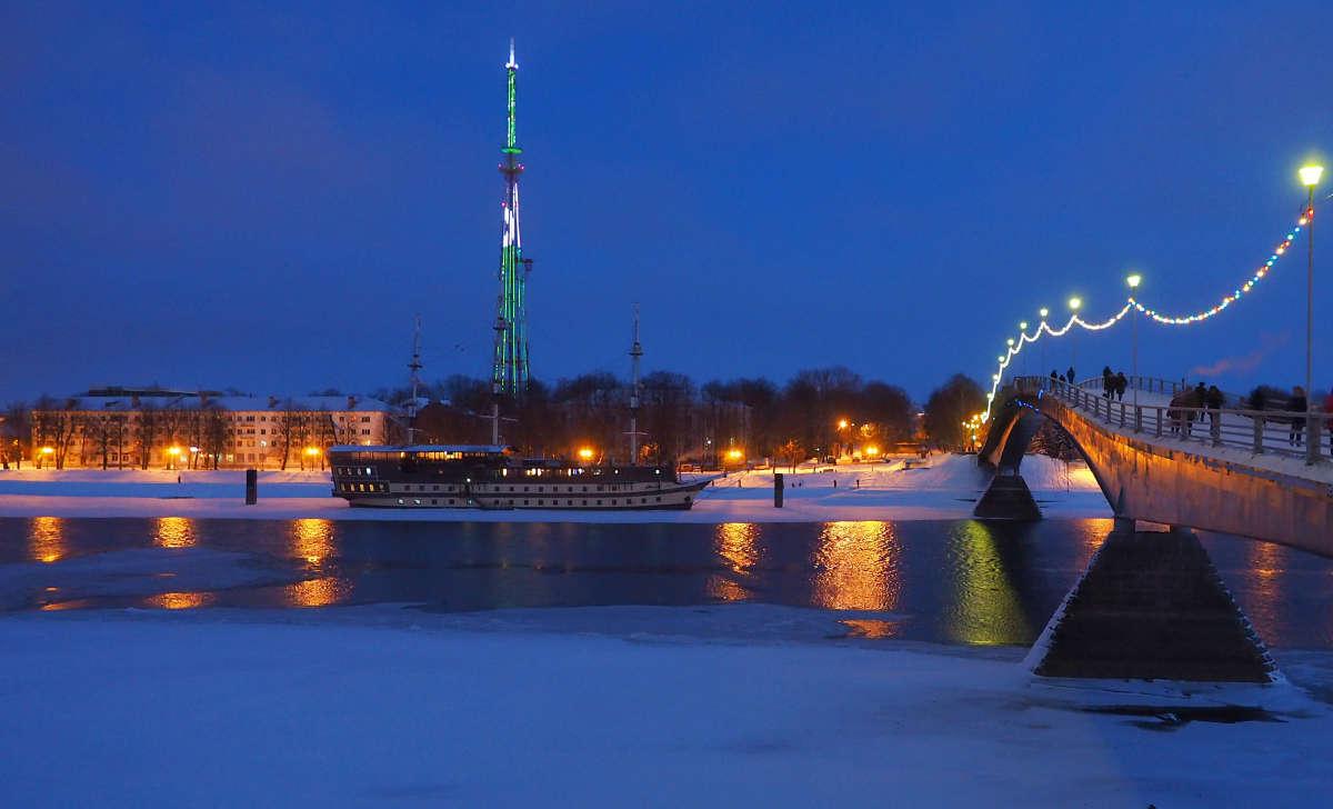 Великий Новгород. Ночной вид на набережную Торговой стороны