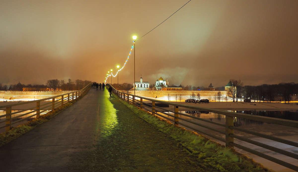 Великий Новгород. Пешеходный мост через Волхов