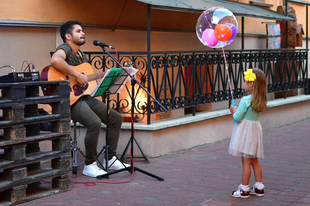 Девочка и музыкант..