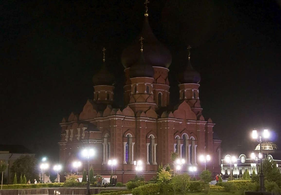 Храм встречает тишиной,обозначив вечер. Фонари  горят как свечи...