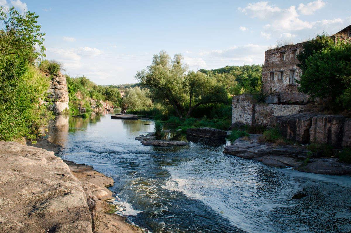 Река у развалин старой мельницы