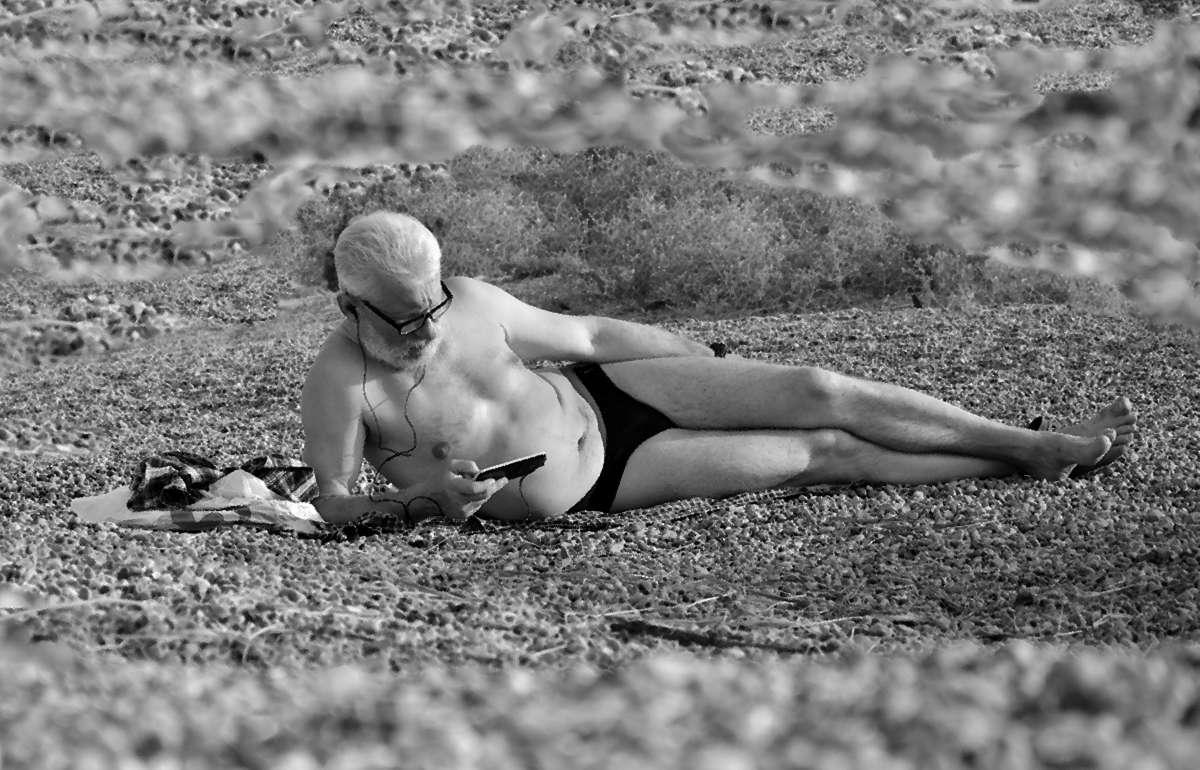 """""""Лежу на пляжу я и млею,"""""""