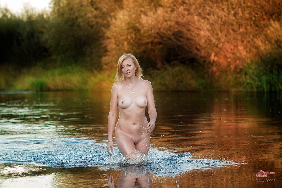 резко поднимается девушки на реке голые на видео последний