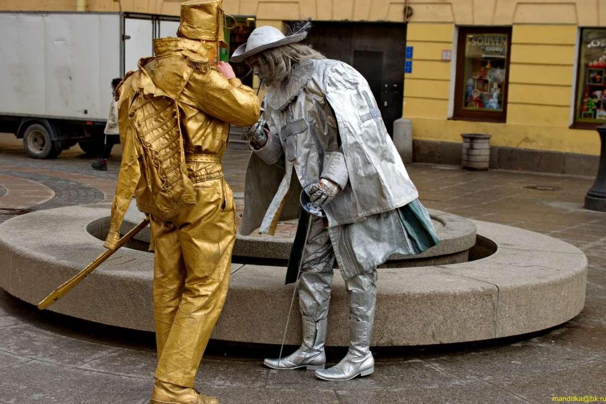 «Живые статуи» на улицах Санкт-Петербурга.