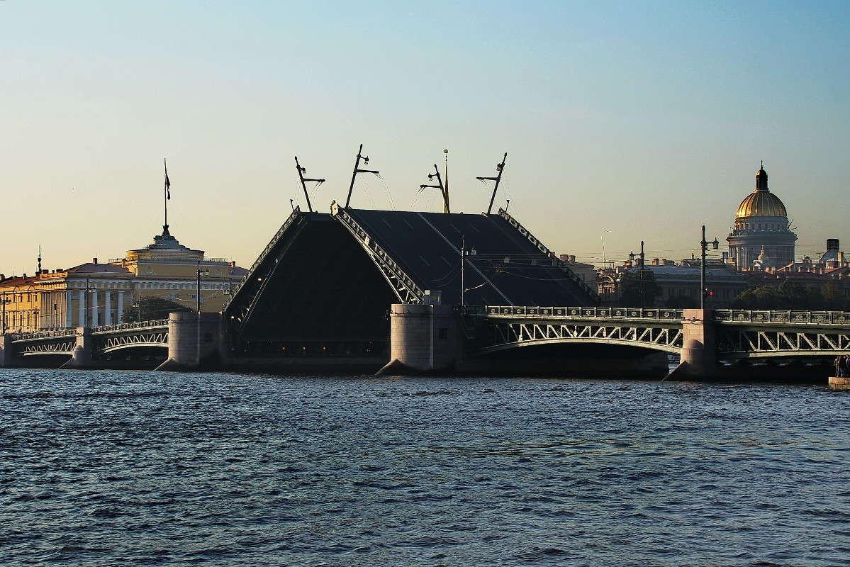 Дворцовый мост разведен...