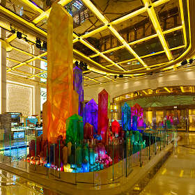 Кристаллы в холле отеля
