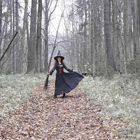 Ведьма с помелом