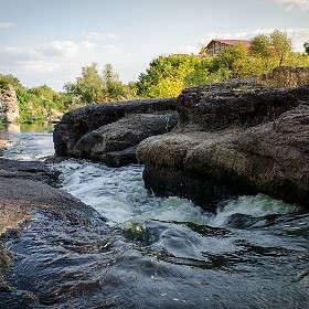По каменистым порогам реки...