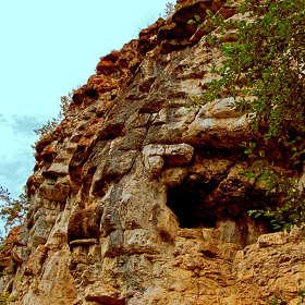 Скалистый склон, пещера в нем