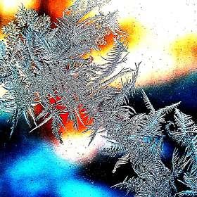 Рисует узоры мороз на оконном стекле ...