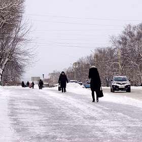 Быстрым шагом по ледяному тротуару...