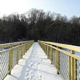 По мосту через озеро.