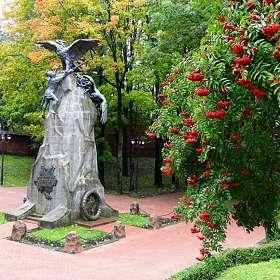 Памятник с орлами.