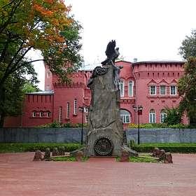 Памятник с орлами. (Знаковое место в городе).